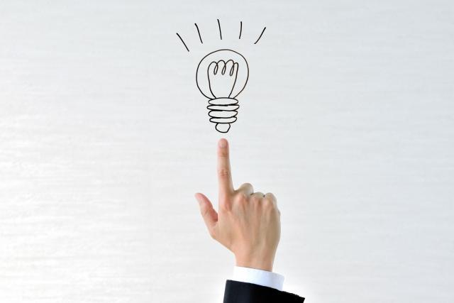 人差し指の上にある電球
