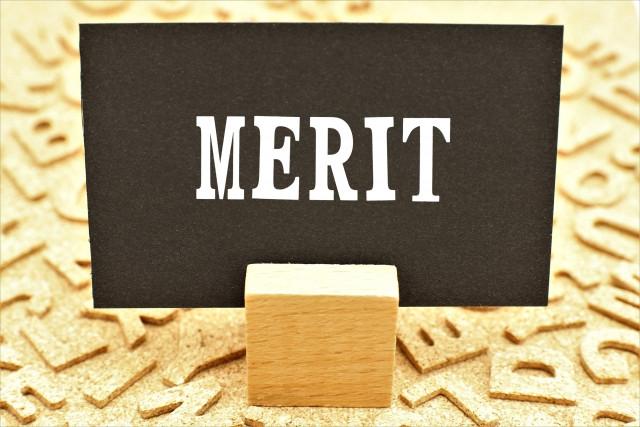 meritと書かれた黒い紙